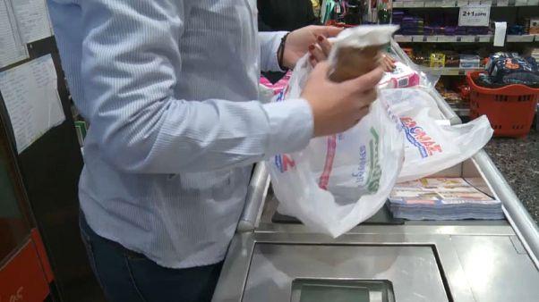 Grecia empieza a cobrar las bolsas de plástico en los supermercados