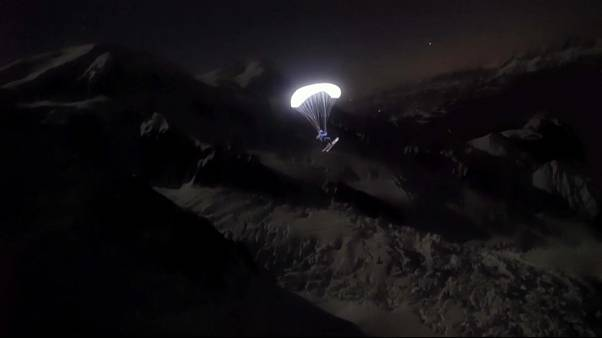 Faszinierende Bilder: Speedrider gleitet bei Nacht über Gletscher