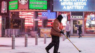 Un homme déneige la chaussée à New York