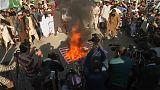 Manisfestantes paquistaníes queman una bandera de EEUU