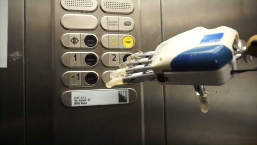 Voici la main bionique du futur, sensible au toucher