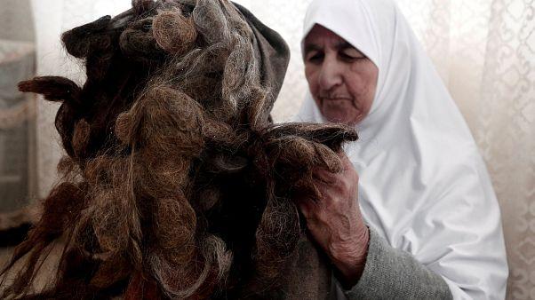 فلسطينية تحتفظ بكل خصلات شعرها المقصوص على مدار 67 عاما