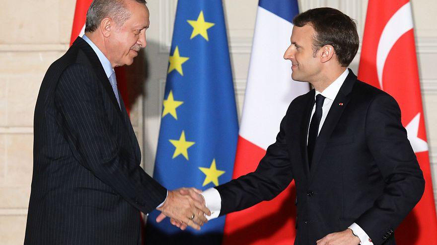 """Macron estende a mão a uma Turquia """"cansada"""" de esperar pela adesão à UE"""