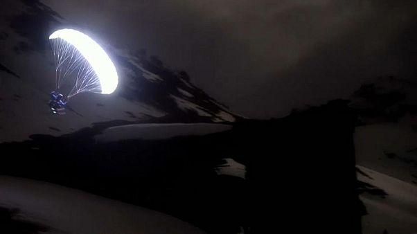 رویایی که به واقعیت تبدیل شد: پرواز با پاراگلایدر زیر نور ماه