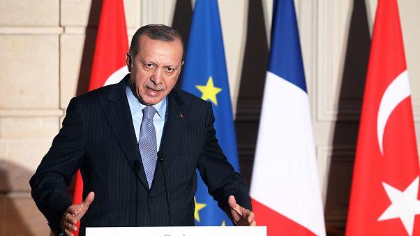À Paris, Erdogan prend un journaliste à partie