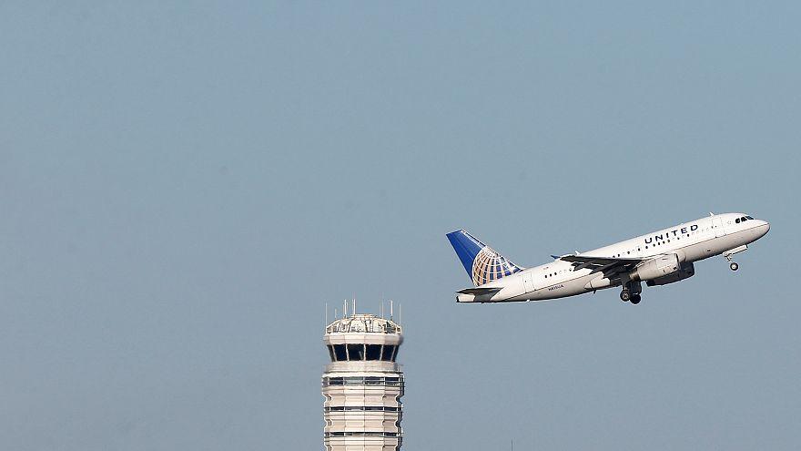 """راكب يحول مسار طائرة أمريكية إلى آلاسكا بسبب """"البراز"""""""