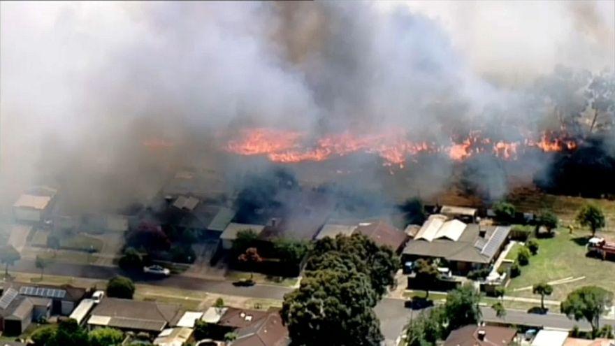 Australia: incendi e oltre 40°, il sole scioglie l'asfalto