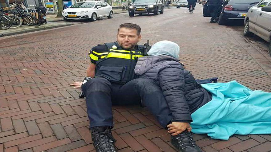 شرطي هولندي يثير  الإعجاب بسبب مساعدته لامرأة محجبة تعرضت لحادثة سير