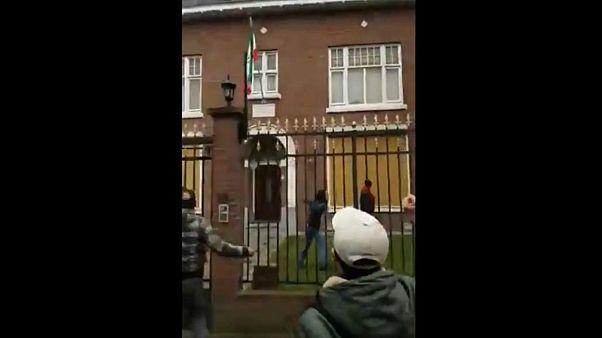 حمله با سنگ و مواد آتش زا به سفارت ایران در لاهه؛ دستگیری هشت نفر توسط پلیس هلند