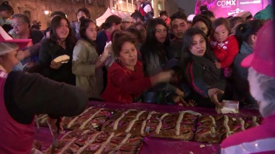 Multitudinaria rosca de Reyes en Ciudad de México