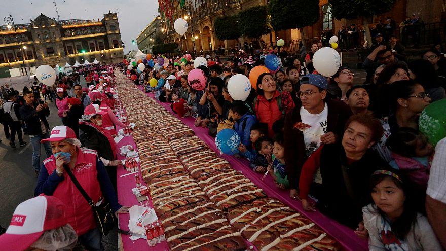Meksikalılar 1.440 metre uzunluğundaki dev kekle Epifani Yortusu'nu kutladı