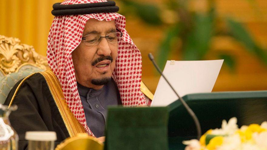 العاهل السعودي يأمر بصرف ألف ريال شهريا بدل غلاء للمواطنين لمدة عام