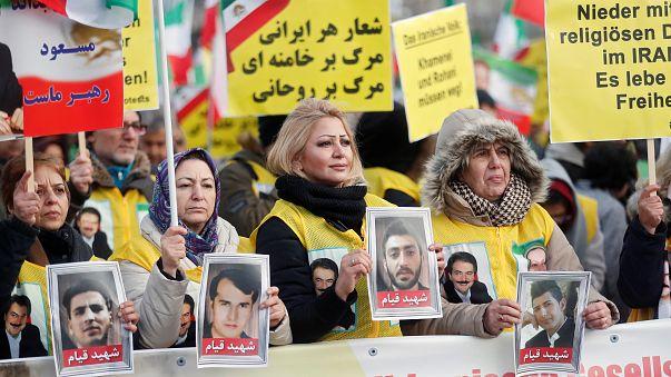 Марш в поддержку властей на фоне арестов