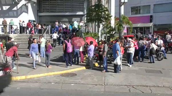 Colas en Venezuela tras la bajada de precios de Maduro