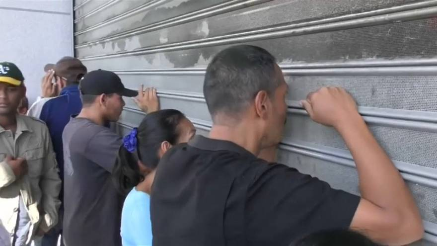 Venezolaner müssen Schlange stehen