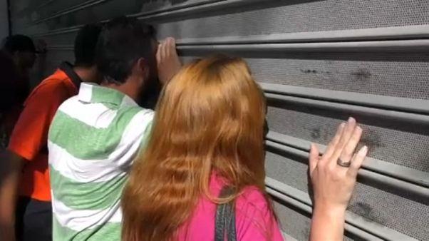 Az üzletek ajtajain dörömbölnek a vásárlók Venezuelában