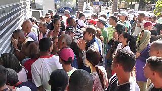 Multidões à porta dos supermercados na Venezuela