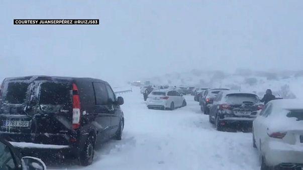 Spagna: in centinaia intrappolati nella neve in autostrada