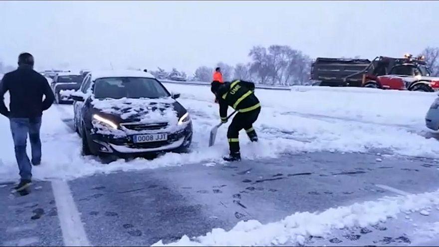 İspanya: Kar yağışı otoyolda trafiği durdurdu