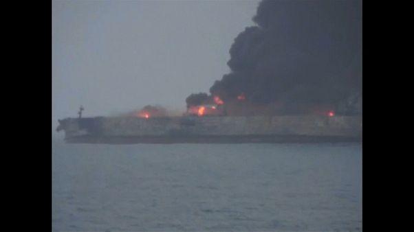 Petroleiro  acidentado em chamas pelo segundo dia
