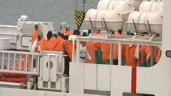 I migranti sopravvissuti a bordo della nave della Guardia Costiera italiana