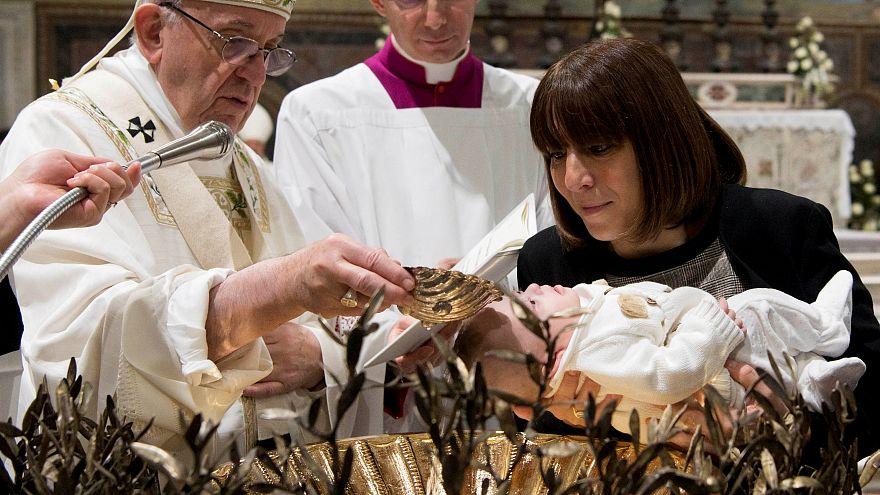 Papst bei der Taufe eines Kindes in der Sixtinischen Kapelle
