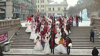 China: 34 Paare geben sich beim Eis-Festival das Ja-Wort
