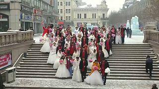 Boda masiva de chinos en el Festival de Hielo