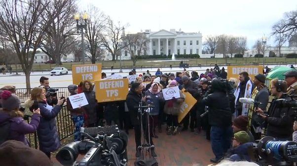 Salvadoregni in piazza contro la nuova mossa dell'amministrazione Trump