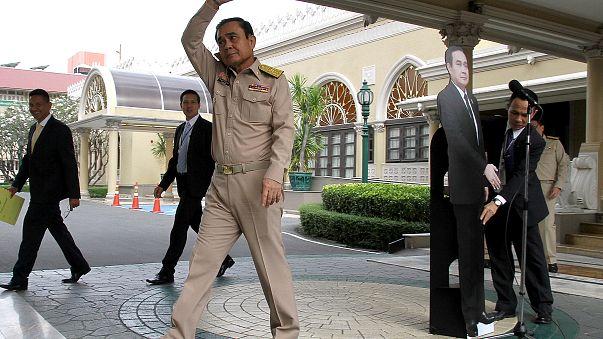 Fate le domande alla sagoma di cartone: la giunta militare in Thailandia irride la stampa