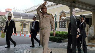 Tayland Başbakanı: sorularınızı karton mankene sorun