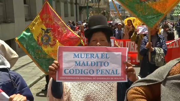 """Una manifestante muestra un cartel que dice """"Muera el maldito Código Penal"""""""