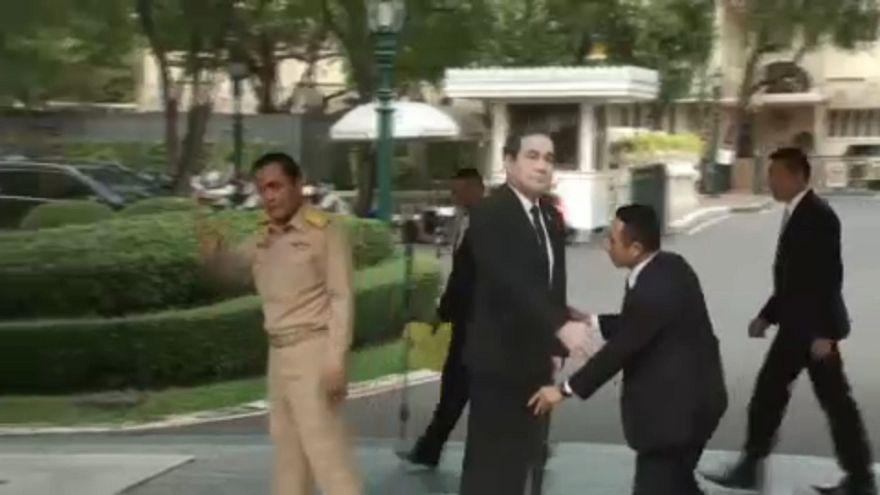 Bábot tett az újságírók elé a thai kormányfő