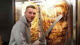 Podolski'nin dönerci dükkanı önünde uzun kuyruk