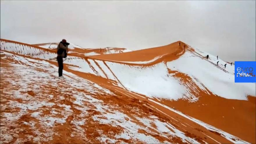 La nieve cubre la arena del Sahara