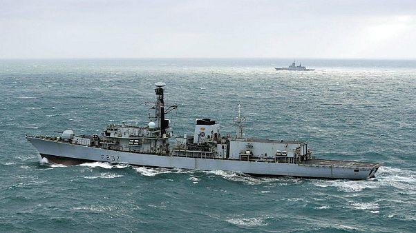 Βρετανική φρεγάτα συνοδεύει πλοία του ρωσικού πολεμικού ναυτικού