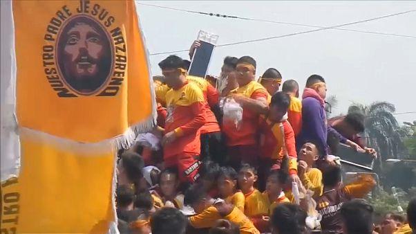 Caos y devoción en la procesión del Nazareno Negro en Manila