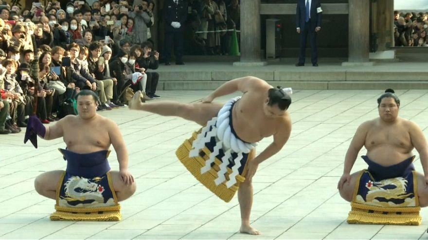 Los gigantes del sumo inauguran la temporada en Japón