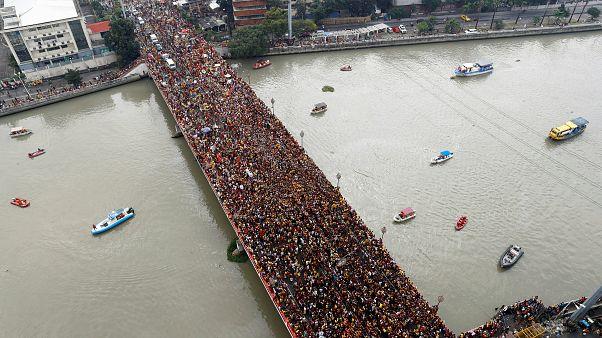 Une foule de fidèles aux Philippines