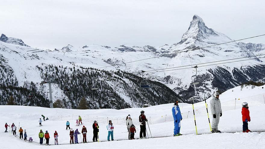 La fuerte nevada deja atrapados a miles de turistas en una estación de esquí suiza