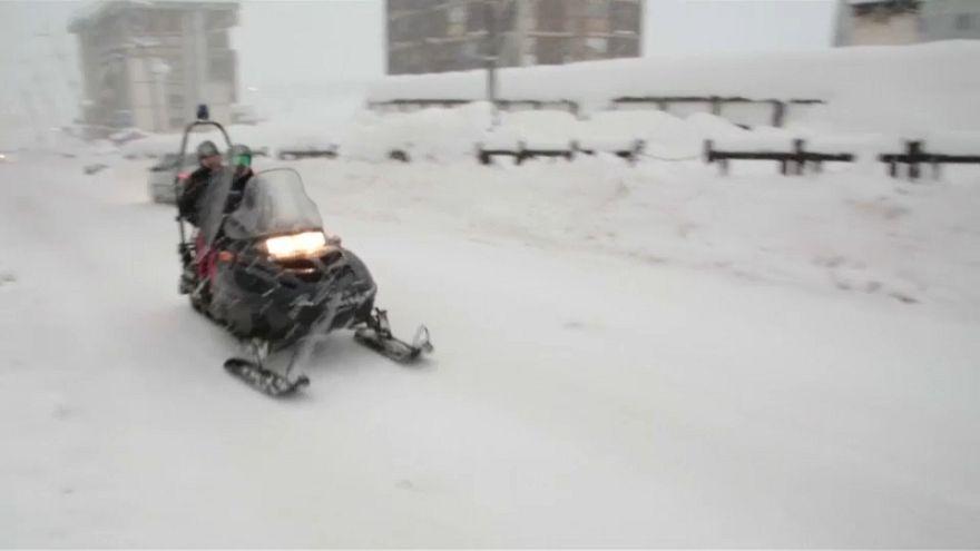 Schneefall: Italienische Dörfer von Umwelt abgeschnitten