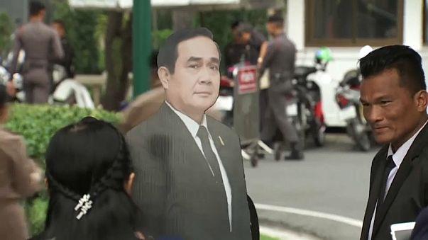 شاهد كيف تهرب رئيس الوزراء التايلاندي من أسئلة الصحفيين