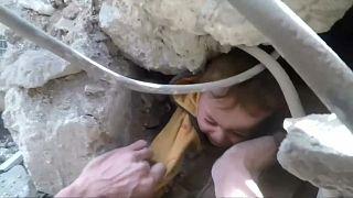 انتشال طفل من تحت الأنقاض في شرق دمشق