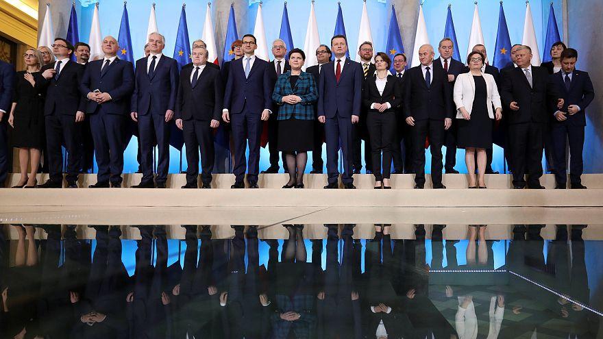 Pologne : des ministres controversés limogés