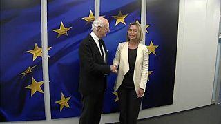 Federica Mogherini stringe la mano a Staffan de Mistura
