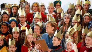 Angela Merkel canta músicas de Natal com crianças