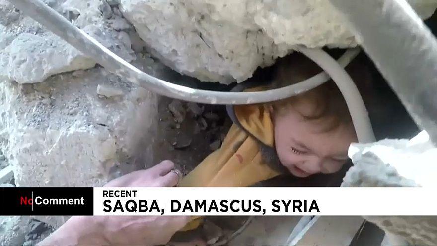 Criança resgatada de escombros na Síria