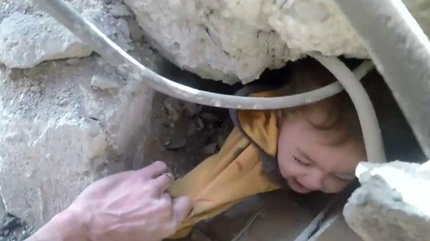 نجات کودک سوری از زیر آوارهای ناشی از حملات هوایی