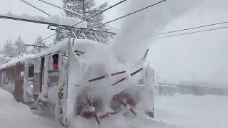 İsviçre'de aşırı kar yağışı sebebiyle 13 bin kişi mahsur kaldı