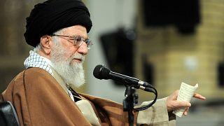 Ali Jamenei habla ante decenas de fieles